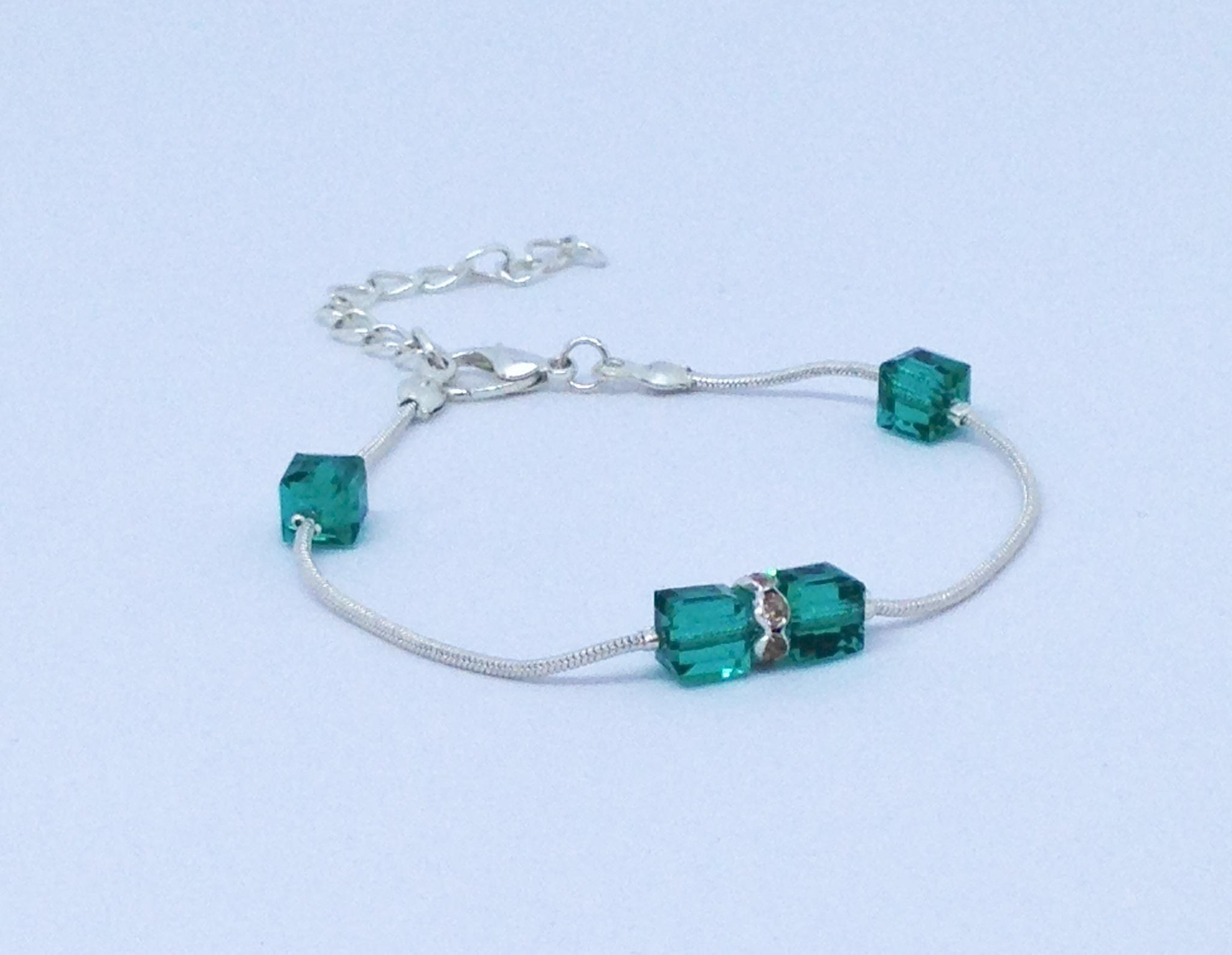 Bracelet vert foncé avec carrés brillants