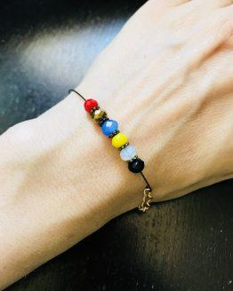 Bracelet coloré de différentes couleurs de l'été 2018