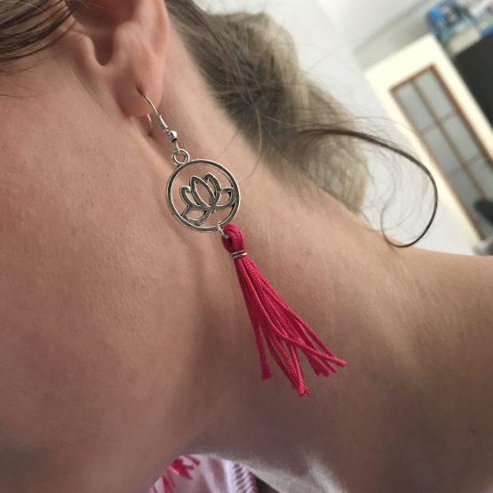 Boucles d'oreilles roses fuchsia avec fleur de Lotus