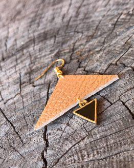 Les boucles d'oreilles avec les triangles plus grands cuivrés et mini noires avec la finition de couleur dorée