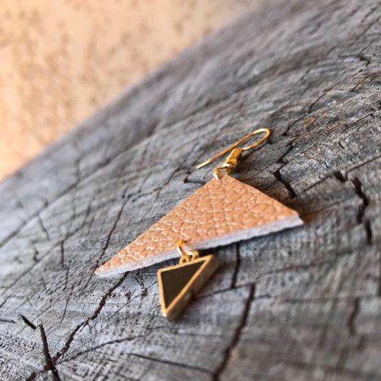 Boucles d'oreilles Triangolini, Boucles d'oreilles Triangolini Les boucles d'oreilles avec les triangles plus grands cuivrés et mini noires avec la finition de couleur dorée. Les triangles sont suspendus Un après l'autre, afin de réaliser une cascade harmonieuse.