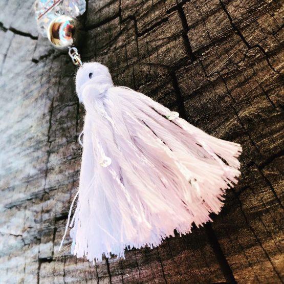 Collier blanc avec pompon