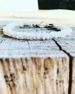 Bracelet blanc brodé avec les perles nacrées