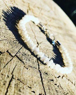 Bracelet blanc brodée avec perles nacrées