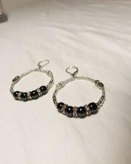 Boucles d'oreilles Molly, grises, blanches et argentées. Réalisées entièrement main. Peuvent être accompagnées par le bracelet Molly.