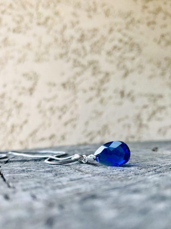 Colier avec larme bleue foncée en cristal